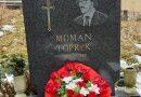 Polaganje cvijeća na grob Momana Topreka 15.8.1954. -25.1.1993.